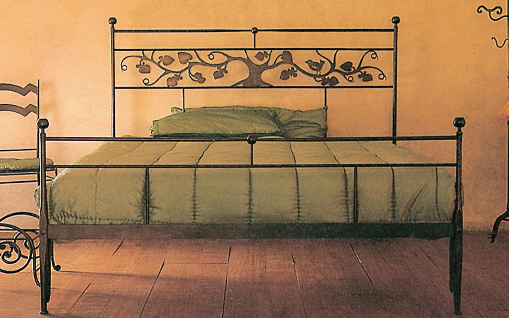 Letto in ferro con decoro in lamiera letti in ferro - Camere da letto ferro battuto ...