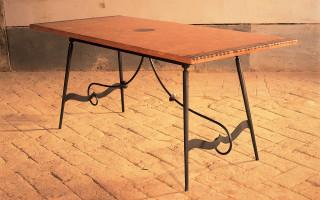 tavolo in ferro e coccio pesto