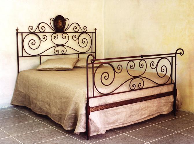 letto-matrimoniale-in-ferro-rosso-sfumato-antico-671x499.jpg